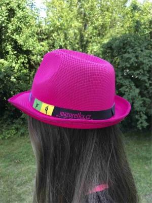 Różowy kapelusz ze wstążką